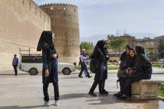 等待伊朗的女小学生开始游览在卡里姆汗城堡 免版税库存图片