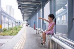 等待公共汽车的亚裔中国小女孩 库存图片