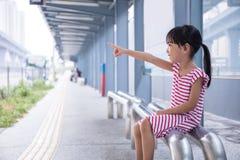 等待公共汽车的亚裔中国小女孩 库存照片