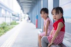 等待公共汽车的亚裔中国小女孩 免版税图库摄影