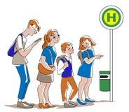 等待公共汽车的人们在公交车站在平的设计的城市 皇族释放例证
