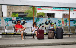 等待公共汽车的人们在驻地在博拉凯,菲律宾 免版税库存照片