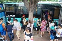 等待公共汽车的人们 免版税图库摄影