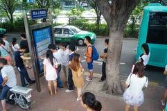 等待公共汽车的人们 库存图片
