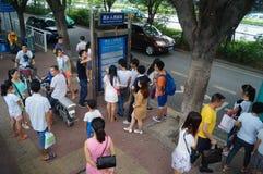 等待公共汽车的人们 免版税库存照片
