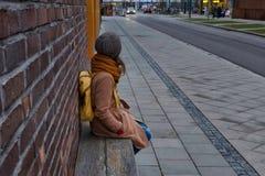 等待公共汽车的女孩 免版税图库摄影