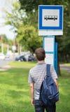等待公共汽车的学生人 免版税图库摄影