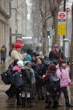 等待公共汽车的学童 库存照片