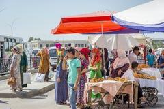 等待公共汽车,乌兹别克斯坦的人们 免版税库存图片