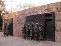 等待分配救济食物的队伍雕刻在FDR纪念品 免版税图库摄影