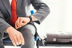 等待和检查时间的公司商人 库存图片