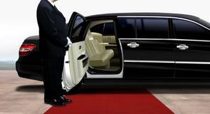 等待和站立在黑大型高级轿车旁边的司机 图库摄影