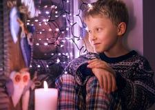 等待圣诞老人的男孩 免版税图库摄影