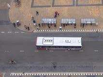 等待在一个街市公共汽车站的人人群在格罗宁根,网 免版税图库摄影