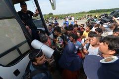 从等待在匈牙利边界的中东的移民 免版税库存照片