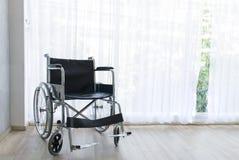 等待在医房的轮椅服务有太阳光的 免版税库存图片