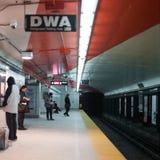 等待在地铁站,多伦多的乘客, 免版税库存图片