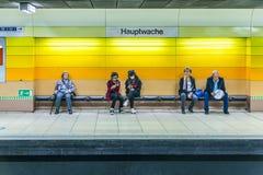 等待在地铁站hauptwache的一条长凳的人们 库存照片