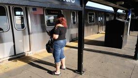 等待在地铁,布鲁克林,NYC的妇女 免版税库存照片