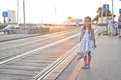 等待在城市电车驻地的孤独的女孩 库存图片