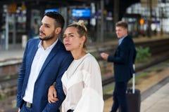 等待在平台的夫妇在火车站 免版税图库摄影