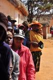 等待在投票站的入口的线的人们 库存图片