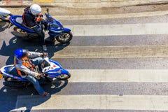 等待在摩托车的横穿的人们 库存照片