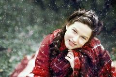 等待在木头的微笑女孩圣诞节 免版税库存图片