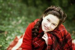 等待在木头的微笑女孩圣诞节 免版税库存照片