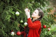 等待在木头的微笑女孩圣诞节 库存图片