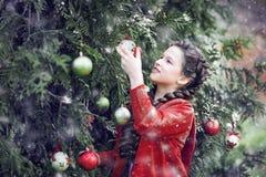 等待在木头的微笑女孩圣诞节 库存照片