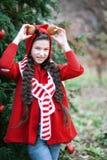 等待在木头的微笑女孩圣诞节 图库摄影