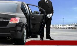 等待在机场的大型高级轿车司机 免版税图库摄影