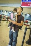 等待在机场的父亲和婴孩 库存图片