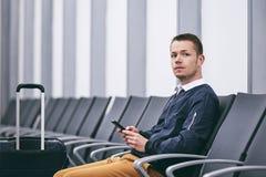等待在机场终端 免版税库存照片