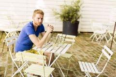 等待在桌上的周道的姜男性户外 库存图片