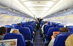等待在波音飞机的乘客对洲际的f 库存图片