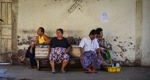 等待在火车站的人们在仰光,缅甸 库存照片
