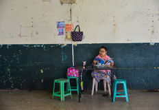 等待在火车站的人们在仰光,缅甸 库存图片