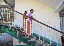 等待在火车站的人们在仰光,缅甸 免版税库存照片