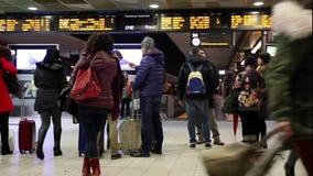 等待在火车站的人们 影视素材