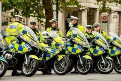 等待在白厅,伦敦,英国的大城市警察motorcylists 免版税图库摄影