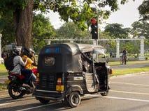 等待在红绿灯的摩托车和三轮子司机在科伦坡,斯里兰卡 图库摄影