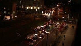 等待在红绿灯的汽车在交叉点 股票录像