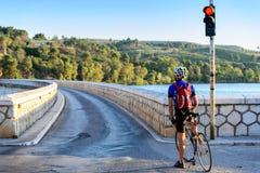 等待在红绿灯的骑自行车者 免版税图库摄影