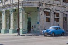 等待在街角的古巴汽车 免版税库存图片