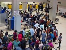 等待在队列的乘客安全检查在斯里兰卡班达拉奈克国际机场 库存照片