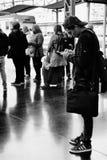 等待在阿利坎特火车站平台的乘客离开  图库摄影