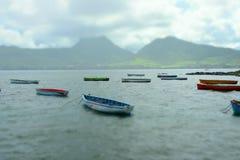等待在雨中的小船 库存图片
