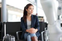 等待在终端-航空旅行的机场妇女 免版税库存图片
